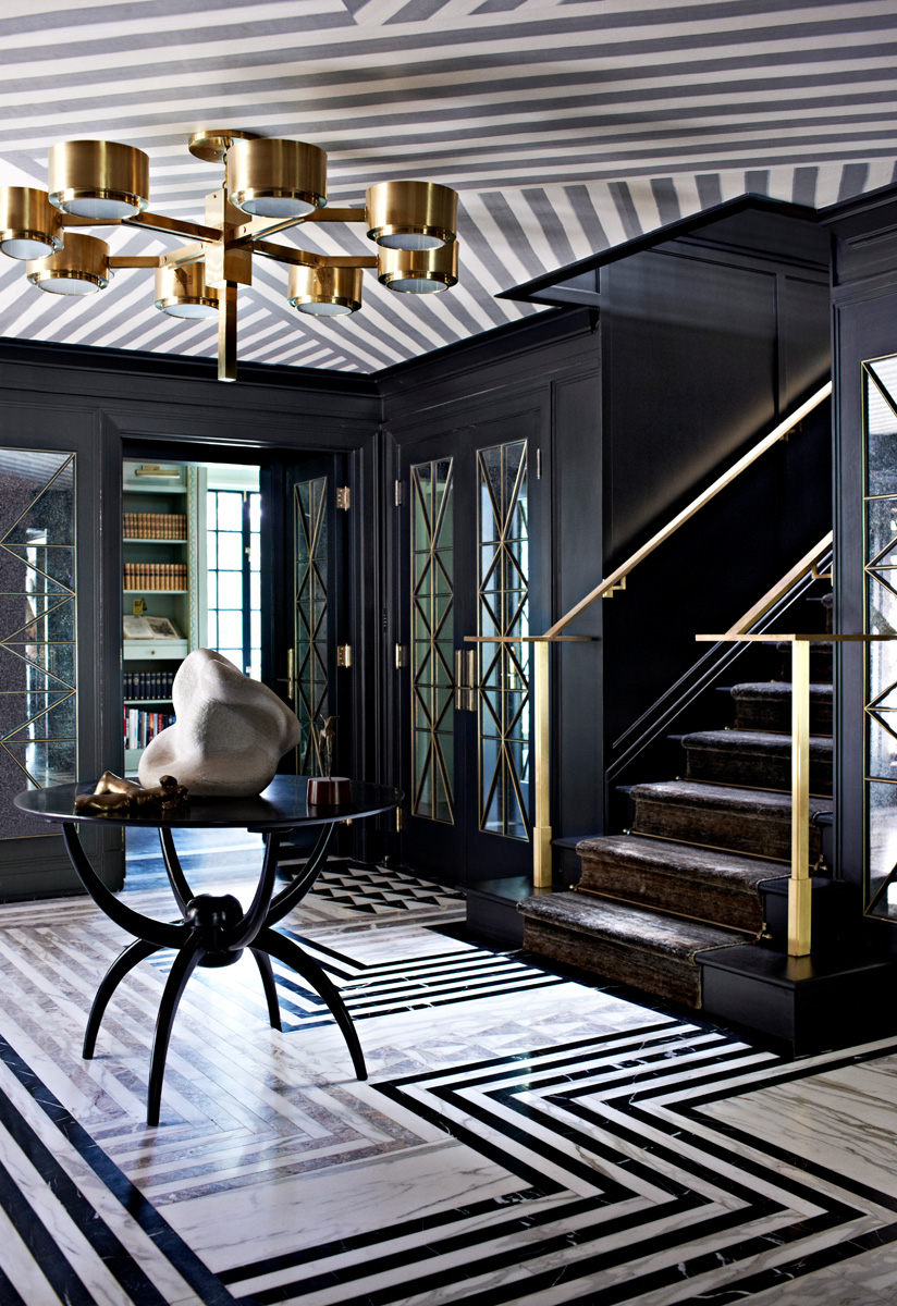Холл. Стены выкрашены черной краской Onyx Black, Glidden. Пол выложен мрамором трех разных оттенков. Потолок декорирован обоями в полоску Mary Kay, SJW Studios. Люстра, винтаж. Винтажный столик куплен в магазине Lerebours Antiques.