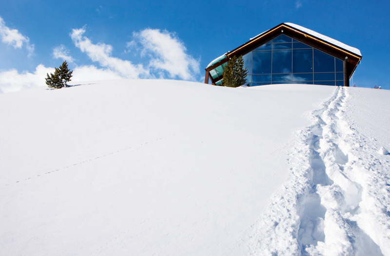 Для катания на лыжах вне трасс условия здесь просто идеальные: начинать спуск можно прямо от порога.
