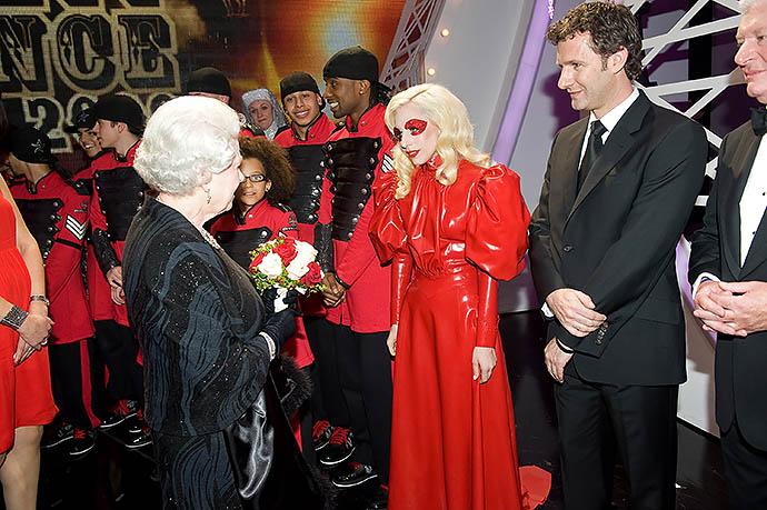 Леди Гага на приеме у Елизаветы II, 2009 год