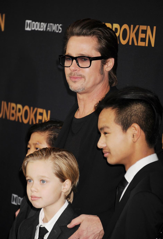 Брэд Пит с сыновьями Паксом и Мэддоксом и дочерью Шайло