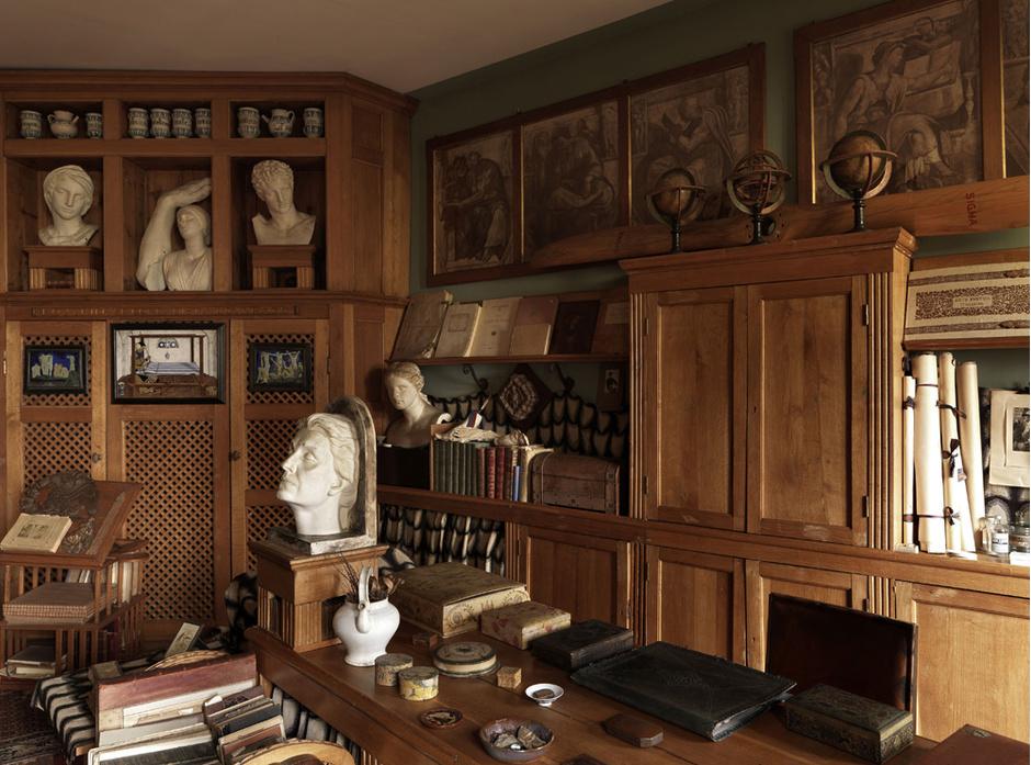 Кабинет д'Аннунцио. На рабочем столе — гипсовая голова Элеоноры Дузе, которую поэт считал своей музой. Автор — Арриго Минерби, 1926 год.