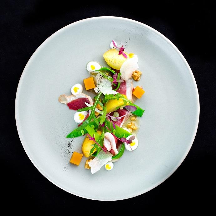 Салат с утиным хамоном, козьим сыром, зеленым стручковым горошком и грецкими орехами в меду