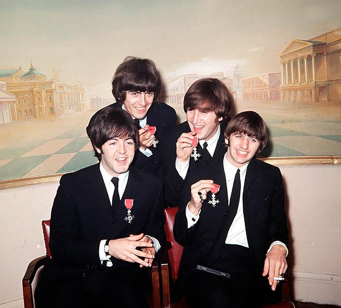 Группа The Beatles с орденами Британской империи, 1965 год