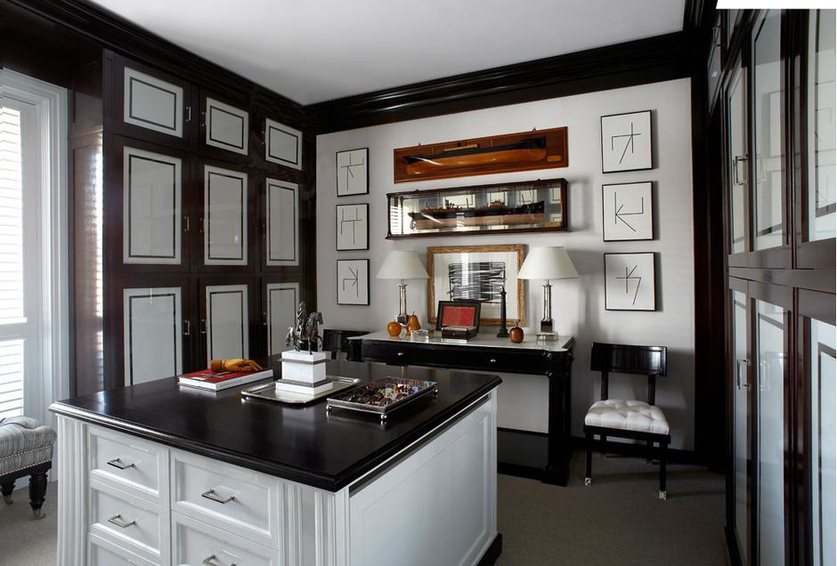 Кабинет, совмещенный с гардеробной. Вся корпусная мебель выполнена на заказ.