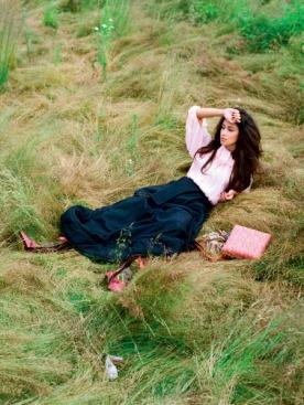 Блузка из шифона, IRFE; юбка из шерсти, St. Bessarion; сапоги из ткани с вышивкой, Jeu de Femme; кольцо из металла и стекла, Erickson Beamon Vintage