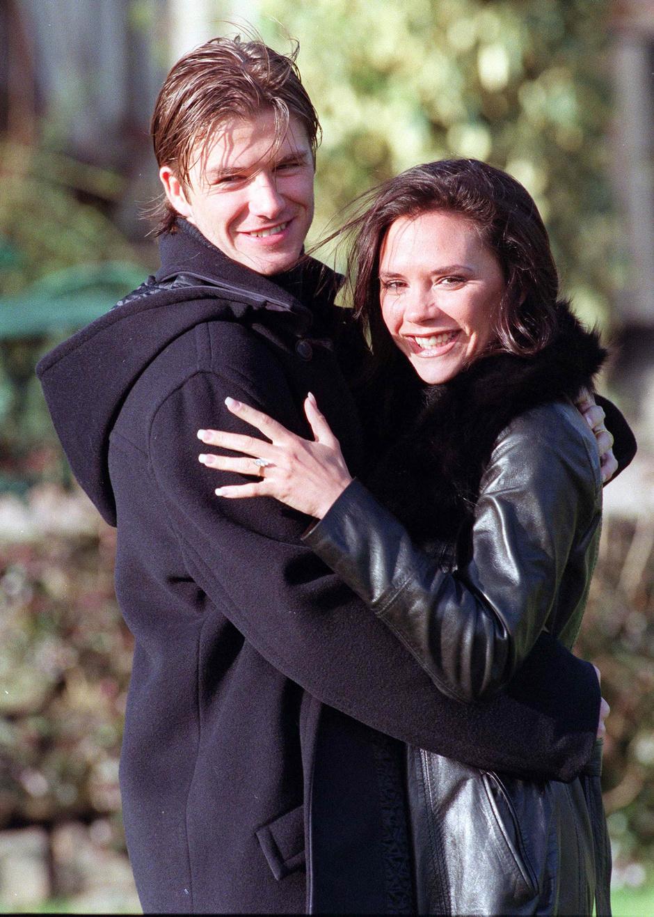 Дэвид и Виктория позируют фотографам в Честере после объявления о помолвке (1998)