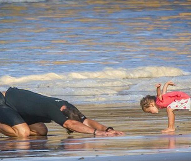 Крис Хемсворт с дочерью звезды в бикини фото