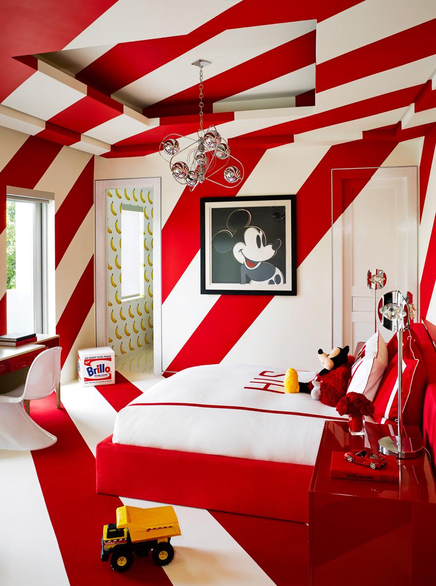 Гостевая комната в красных тонах. Стул Panton Chair, дизайн Вернера Пантона, Vitra. На стене работа Энди Уорхола «Микки-Маус».