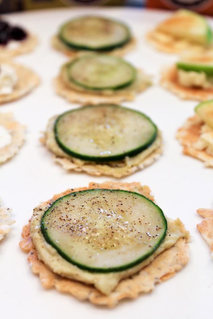 Крекер-хумус-свежий огурец