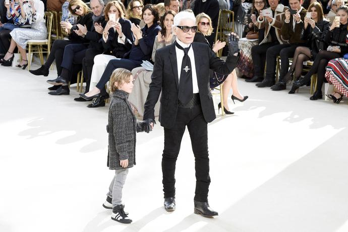 Карл Лагерфельд в финале показа Chanel осень-зима 2016/2017