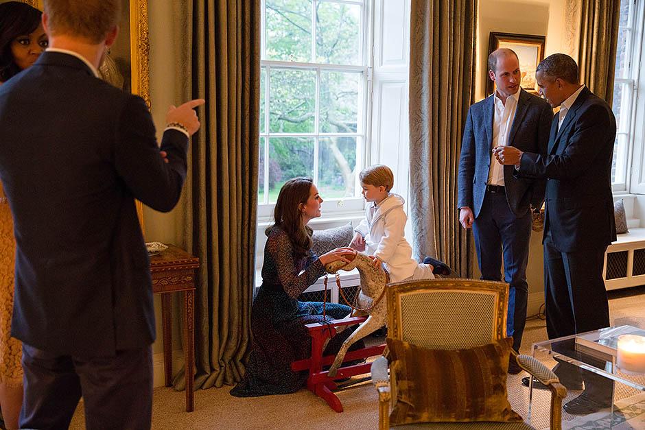 Принц Георг на лошадке, подаренной Бараком Обамой