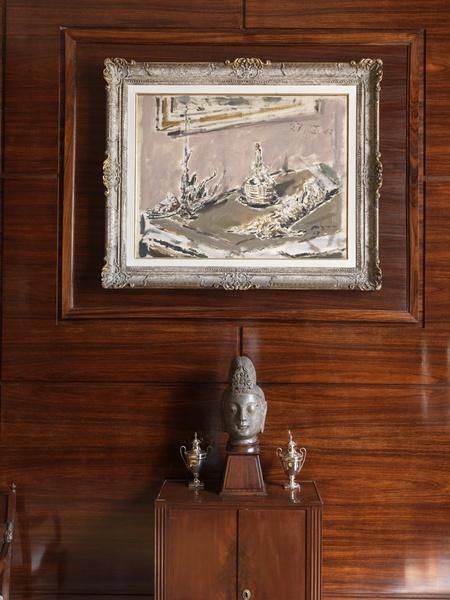 Большая часть стен в «общественной» части дома покрыта панелями из палисандра.