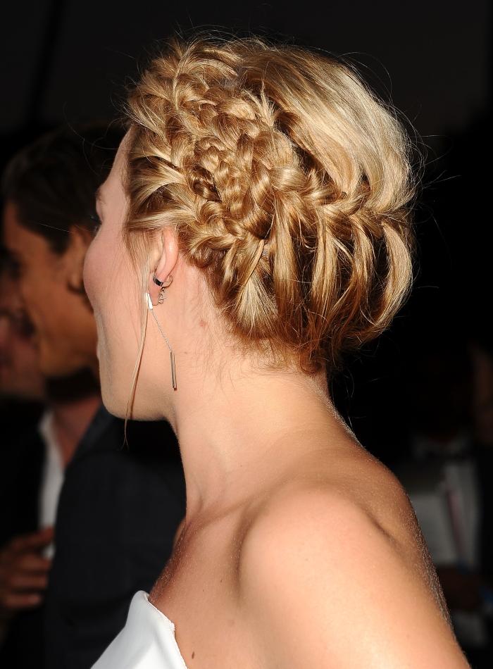 Модная прическа с косами