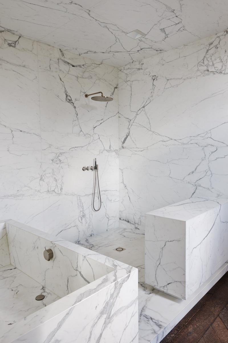 Ванная комната. Стены, пол и сама ванна выложены мрамором Calacatta di Cretola.