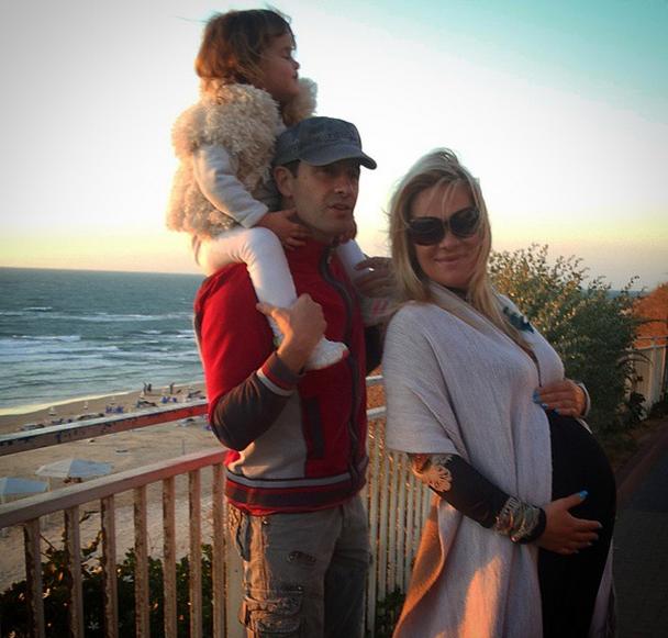 Виктория и Антон Макарские с дочкой