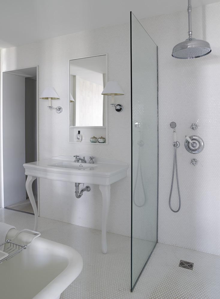 Ванная комната. Стены и пол облицованы белой мозаикой.
