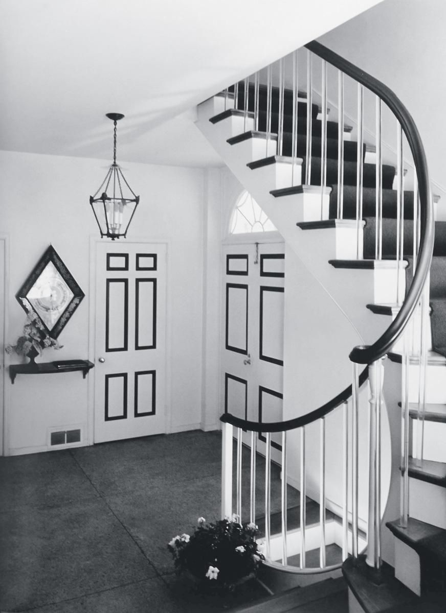 Лестница в доме Джеймса Фентресса во Флориде, редкий для Болдуина пример монохромного интерьера.