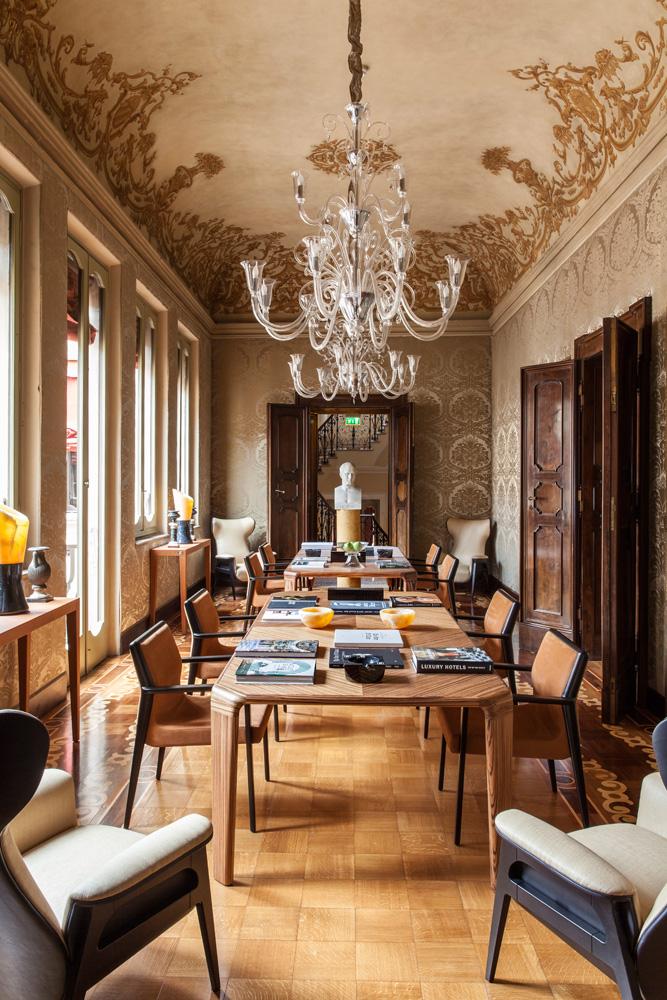 Библиотека. Два стола Serengeti из дерева зебрано, стулья Nairobi, дизайн Тоана Нгуена, все – Fendi Casa Contemporary. В углах комнаты кресла Cerva, люстры муранского стекла Ducale, все — Fendi Casa.