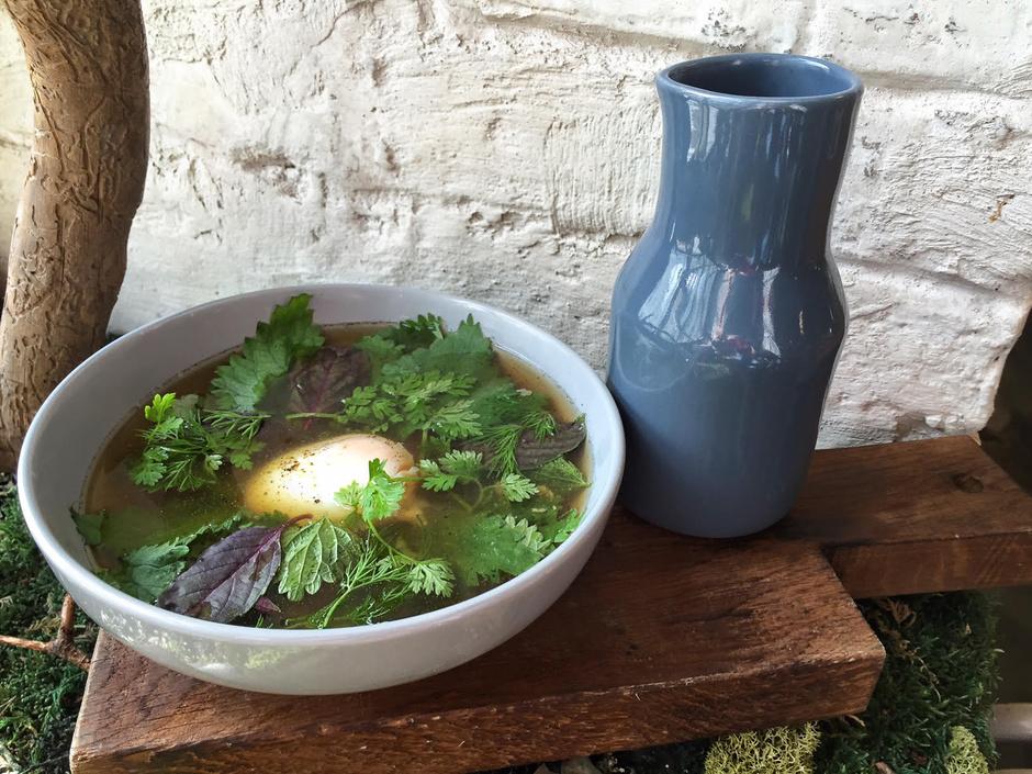 Куриный бульон с крапивой и яйцом пашот