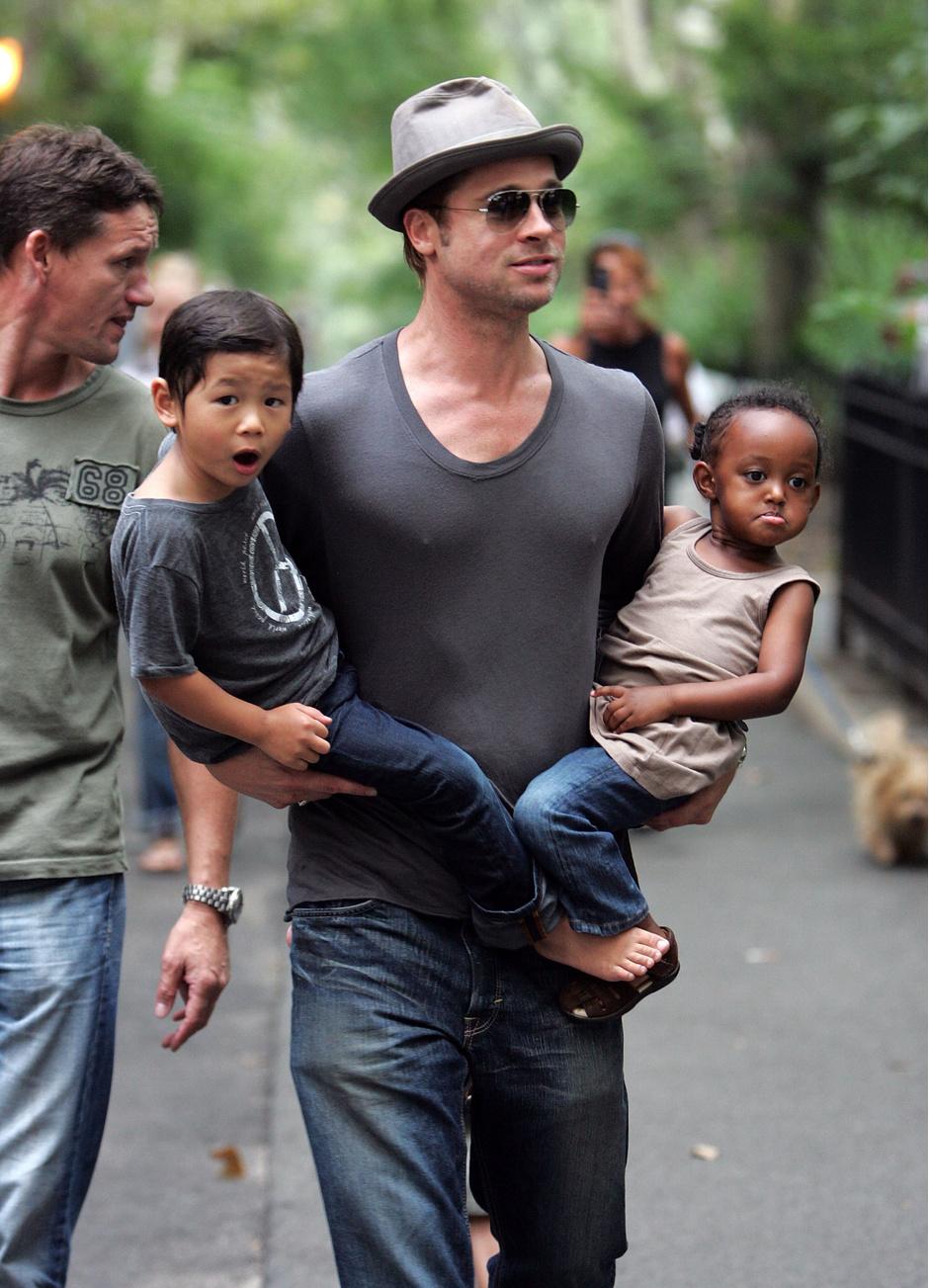 Брэд Питт с сыном Паксом и дочерью Захарой