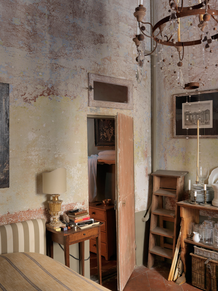 Кованая люстра, так же как и большинство предметов обстановки, изготовлена вручную по эскизам Дмитриева.