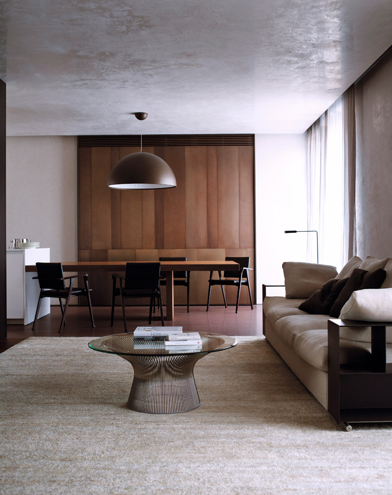 Столовая, объединенная с кухней. Диван, дизайн Антонио Читтерио для Flexform, столик Platner Coffee Table, дизайн Уоррена Платнера для Knoll.