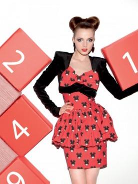 Болеро из бархата, Patrizia Pepe; платье-бюстье из атласа, Jeremy Scott; серьги, Demalde