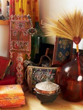 Вологодская гармошка, кампучийские метелки в бутылках «халявах», сундуки из Таиланда, Бирмы, Ирана отлично сочетаются друг с другом