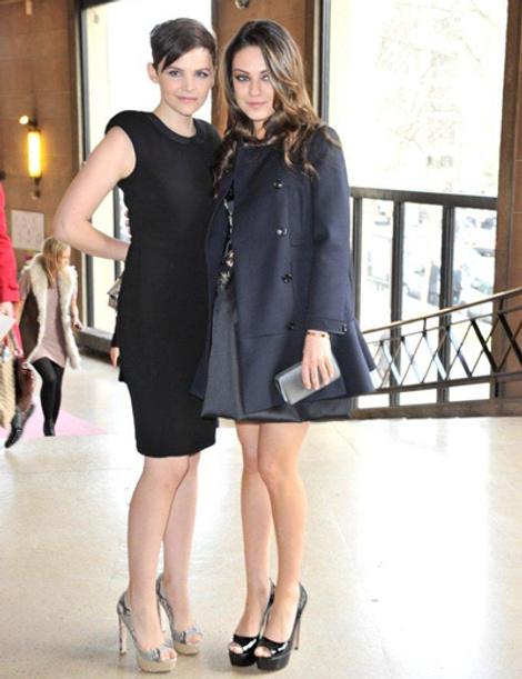 Дженнифер Гудвин и Мила Кунис на показе Miu Miu в Париже