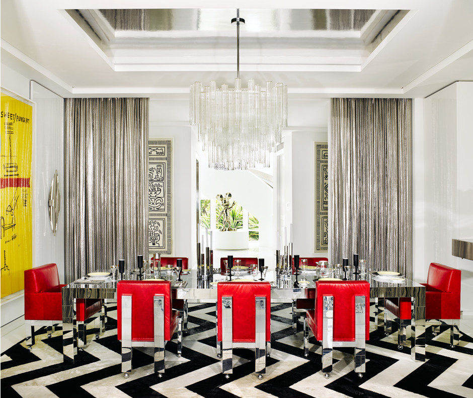 Столовая. Стол и кресла в красной кожаной обивке Cityscape Chair, дизайн Пола Эванса. Слева на стене — работа художников Энди Уорхола и Жан-Мишеля Баскии Sweet Pungent.