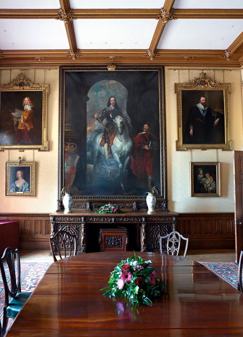 Столовая украшена портретом Карла I работы ван Дейка.