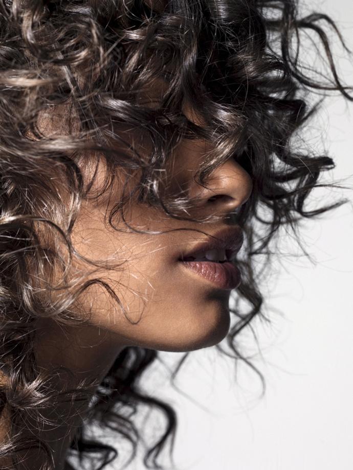 Как ухаживать за вьющимися волосами: 10 правил