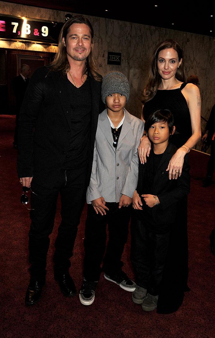 Анджелина Джоли и Брэд Питт с приемными сыновьями Мэддоксом и Паксом
