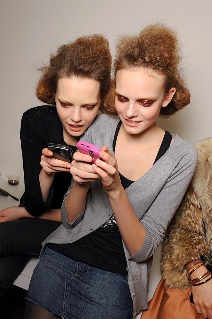 Жизнь в сети: почему мы перестали друг с другом разговаривать?