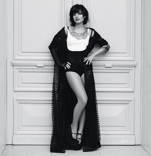 Тренч из тюля, боди, все — Chanel;топ из хлопка, Petit Bateau; перчатка, American Retro; туфли, Fendi; колье  из стекла и металла, браслеты, все — Chanel; кольцо Camelia Haute Couture, Chanel Joaillerie