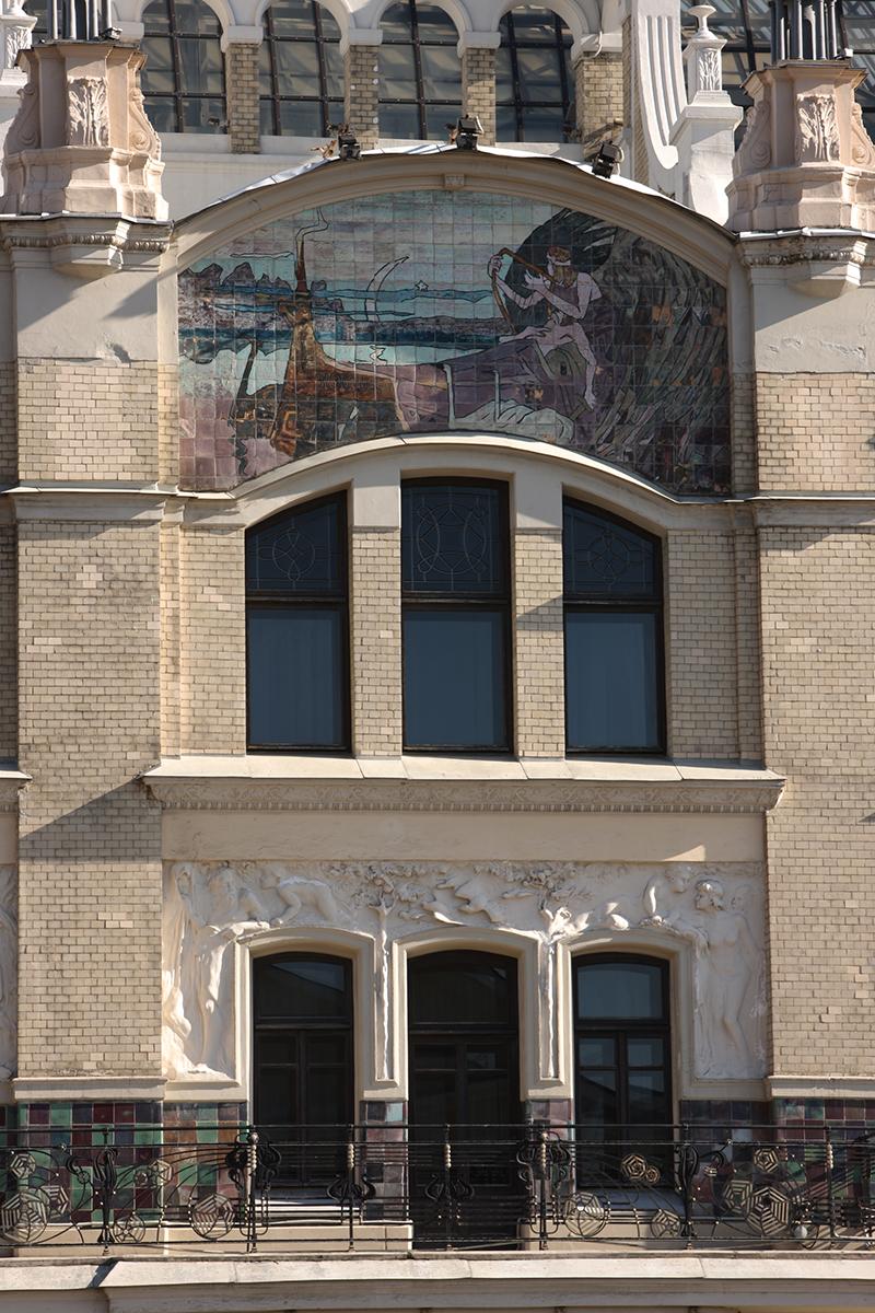 Майоликовое панно на фасаде здания.
