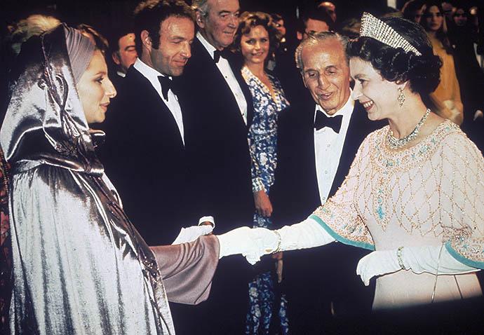 Барбра Стрейзанд на приеме у Елизаветы II, 1975 год