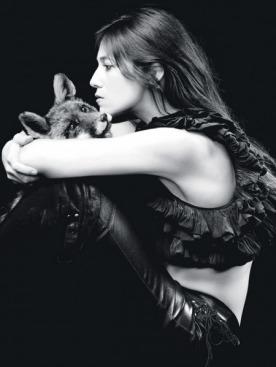 Болеро из крепдешина, Isabel Marant; кожаные брюки, Ventcouvert; ботфорты из кожи теленка, Chloé; ремень, Chanel