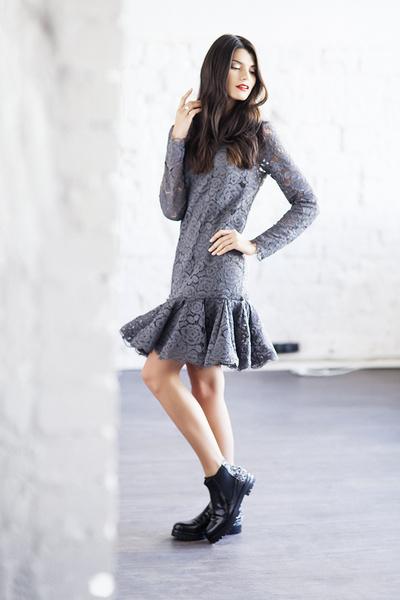 Платье, DKNY, 23 660 руб.; ботинки, Attilio Giusti Leombruni, 20 700 руб.