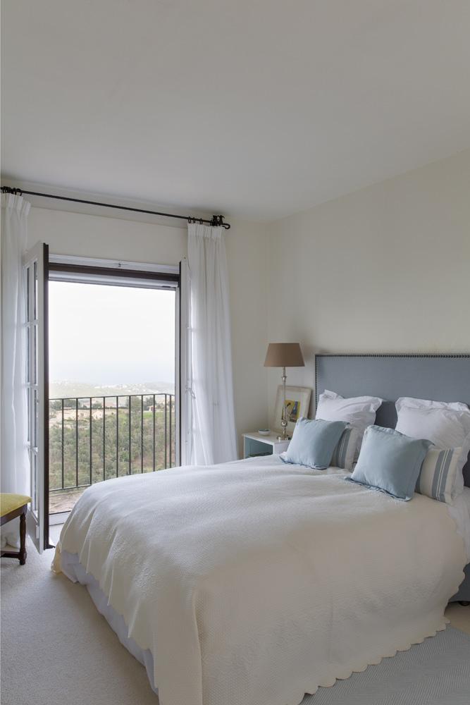 Гостевая спальня. Кровать сделана по эскизу декоратора.