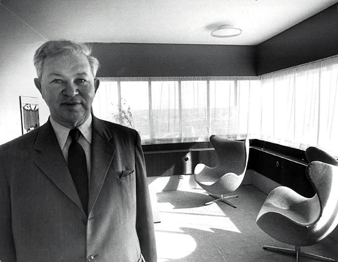 Архитектор Арне Якобсен со своим детищем Egg Chair в номере отеля SAS Royal Hotel