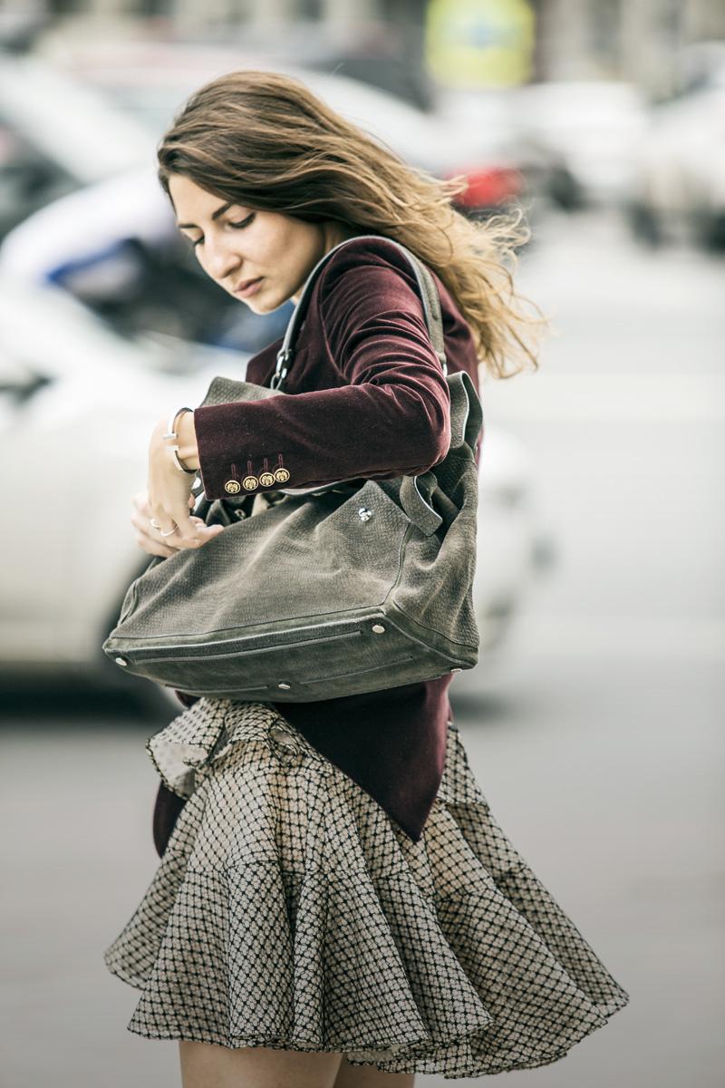 Жакет из бархата, Dolce & Gabbana; платье, Alexander McQueen; сумка, Yves Saint Laurent