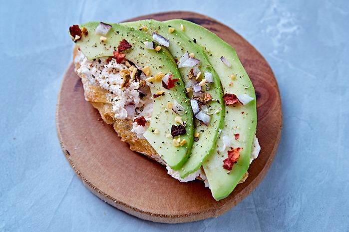 Снек с авокадо, кокосом и грецким орехом