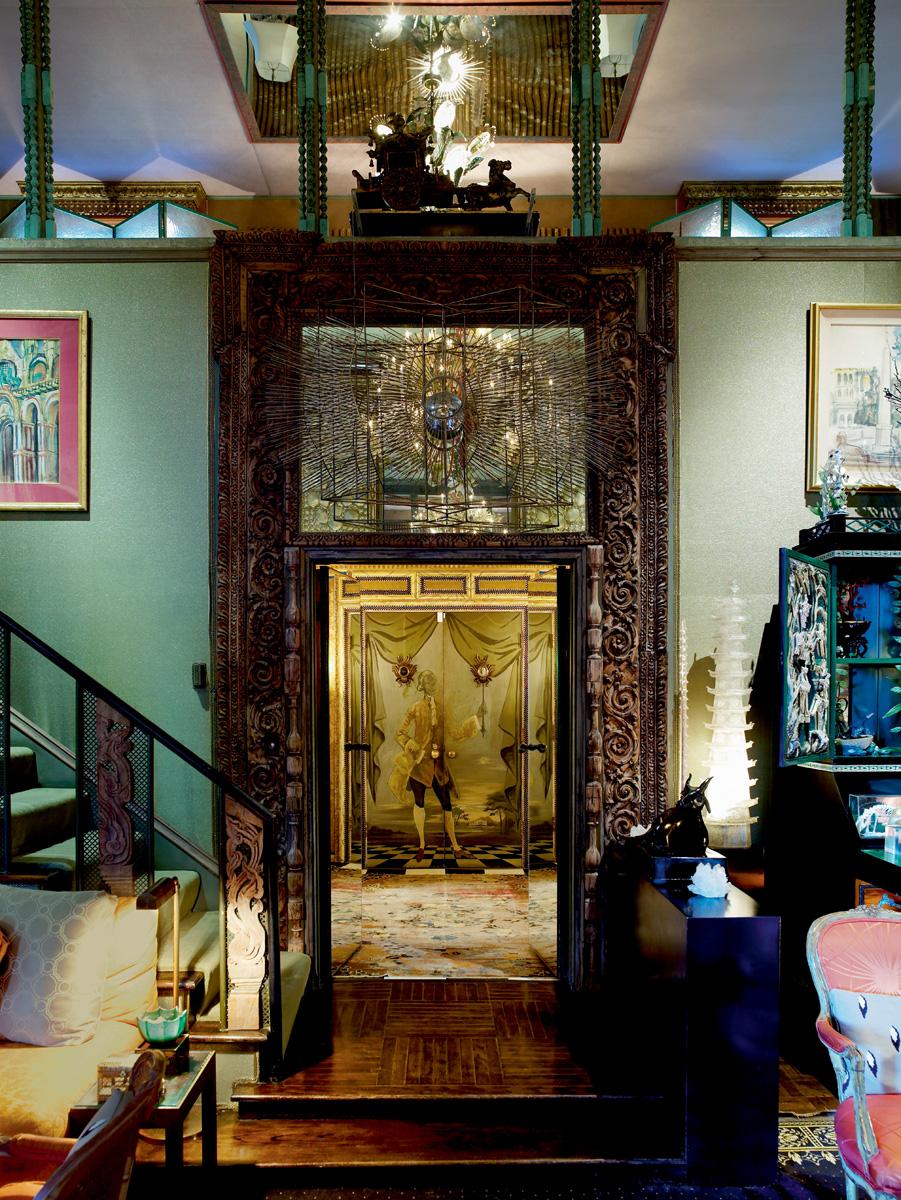 Лестничный холл. Над дверью с резным порталом — скульптура Тони Дюкетта «Солнце». В глубине — дверь, расписанная Элизабет Дюкетт.