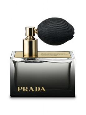Версия Deluxe аромата  L'Eau Ambrée представлена с пульверизатором из изящной черной ткани.