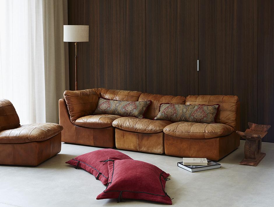 Диван и кресла в обивке из кожи, de Le Cuona. Подушки на диване обтянуты тканью Duchess Paisley, шерсть, хлопок. Подушки на полу, ткань Buffalo Rage, лен.