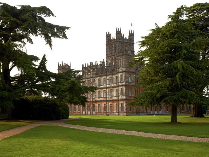 Свой нынешний вид замок приобрел в 1838–1878 годах стараниями архитектора сэра Чарльза Бэрри*. Неоготический декор — дань романтическому увлечению Средневековьем, характерному для Викторианской эпохи. Здание окружено живописным парком со столетними кедрами.