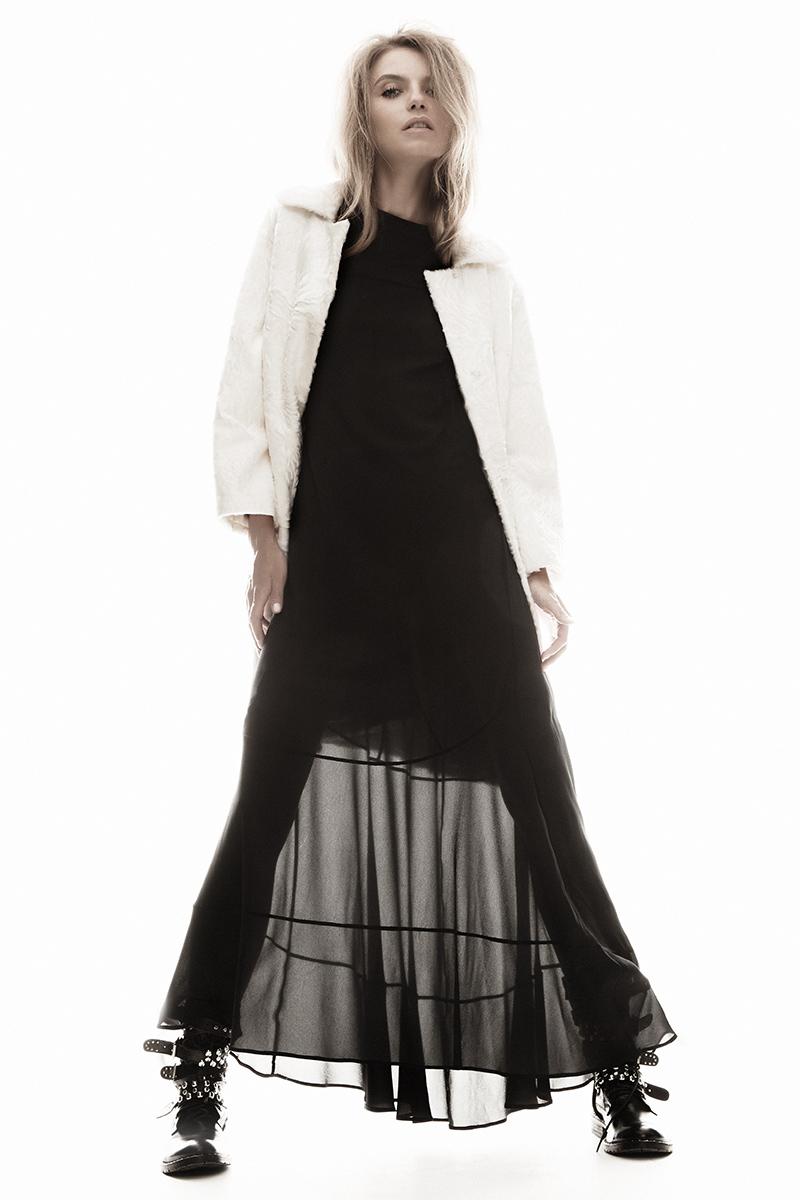 Пальто из каракульчи swakara, «Второй меховой»; платье, Dirk Bikkembergs; ботинки, Pinko