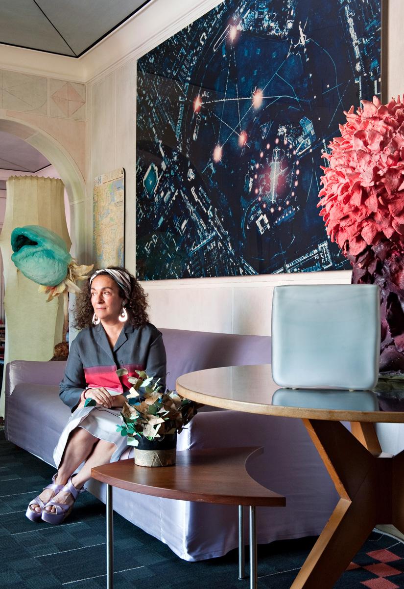 Нина Яшар в холле своей квартиры. Над диваном — работа фотографа Грации Тодери. Круглый стол, дизайн Ханса Беллманна.