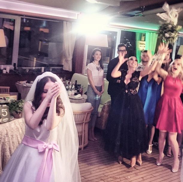 Невеста по традиции бросает букет